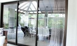 Porta de vidro com esquadria