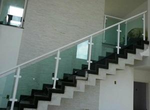 corrimão de escada com vidro