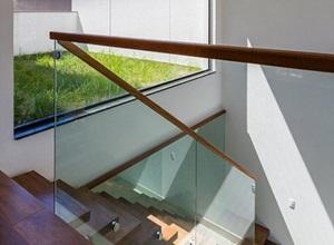 corrimão de madeira com vidro