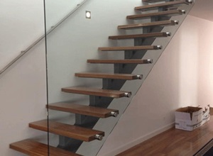escada de madeira com corrimão de vidro