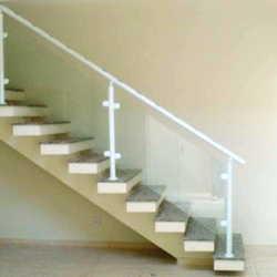 escada com corrimão de vidro