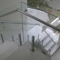 Guarda corpo de vidro com torre