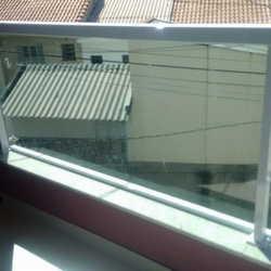 guarda corpo de vidro e alumínio