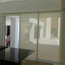Porta de vidro com cortina