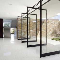 porta de vidro pivotante