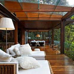 Sacada de madeira e vidro