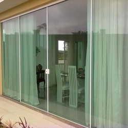 varanda com porta de vidro